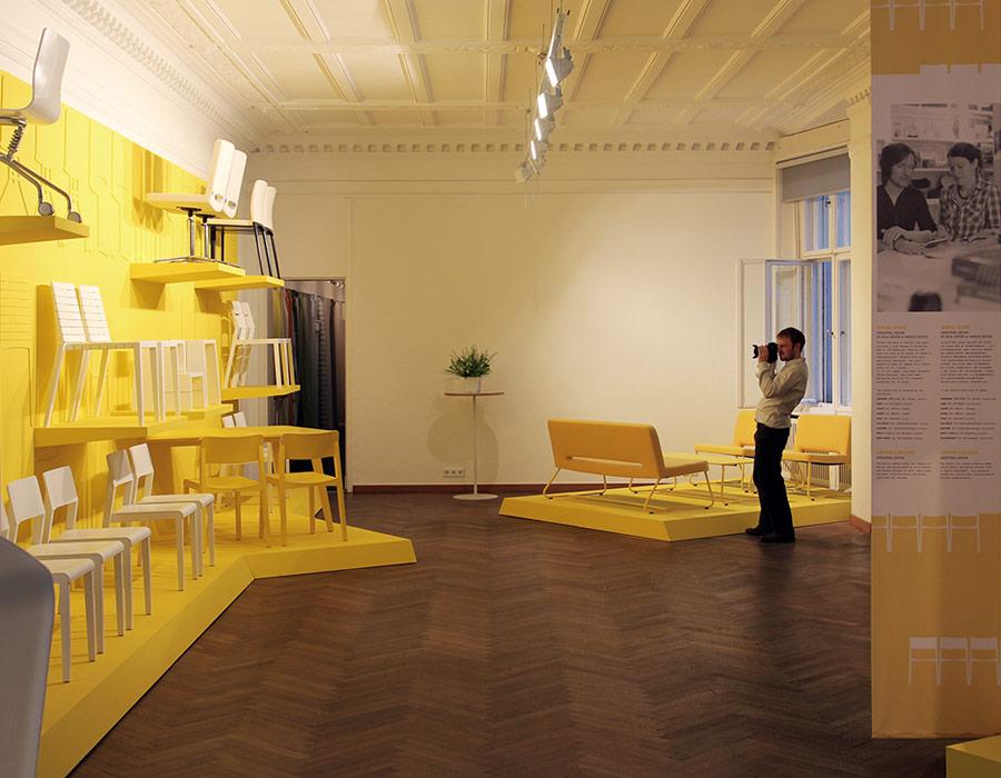 exhibition innenraum gelbe wand stühle lounge chair easy chair