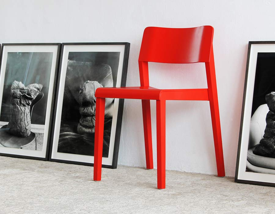 Thonet chair 330 - red chair between pictures